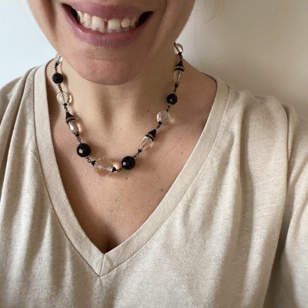 collier art deco verre blanc noir pull beige sourire