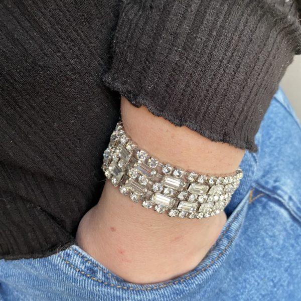 bracelet cristal 1950 jeans pull noir vintage élégance