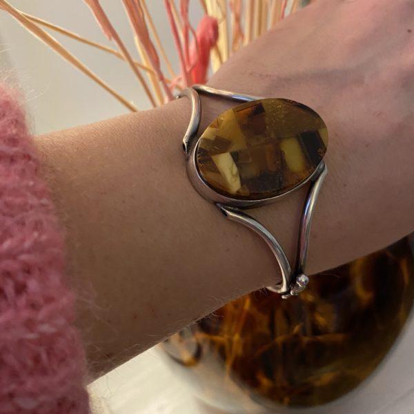 bracelet ambre argent vase écaille pull rose 1970