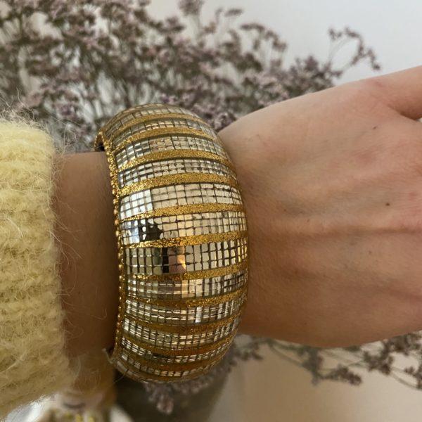 bracelet miroir 80s pull jaune fleurs séchées